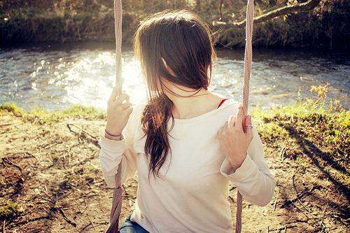 Garota em um Balanço proximo a um rio