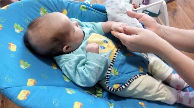 zabawy sensoryczne z niemowlakiem