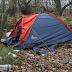 Empleados de Amazon duermen en tiendas de campaña cerca del almacén