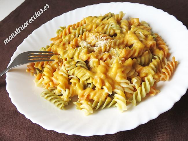 Espirales de pasta de verduras con salsa de calabaza