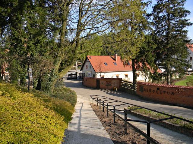 Arboretum w Wojsławicach i wejście do niego.