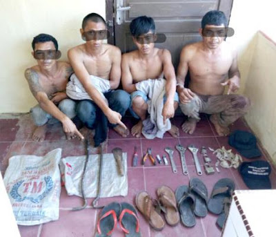 Warga Tanjung Pura Mencuri Sarang Burung Walet