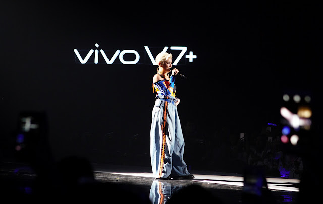 Agnez Mo Product Ambassador Vivo memperkenalkan single terbarunya Long As I Get Paid pada grand launching Vivo V7 Plus.