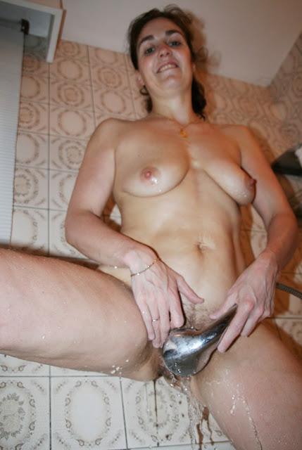 Фото эротика www.eroticaxxx.ru Как подмывают пизду. Подмывает писю 18+