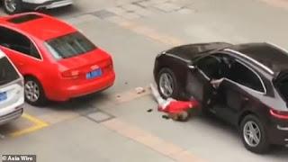 Ζευγάρι μάλωνε μέσα σε Πόρσε μέχρι που ο άνδρας πέταξε τη γυναίκα στο δρόμο και την πάτησε (Video)