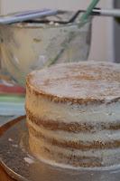Sommerliche Tiramisu-Torte mit Blüten aus Buttercreme: Sonnenblumen, Rosen, Hortensien, Himmelsschlüssel und Vergissmeinnicht - Videotutorial, Rohling mit Krümelkruste