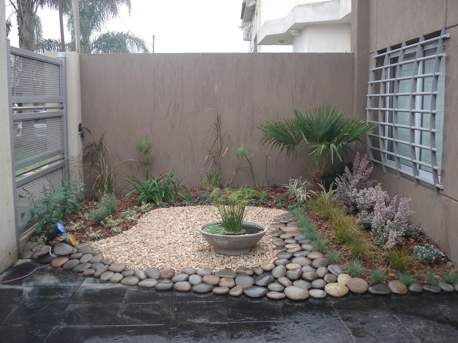 jardines pequenos con piedras y macetas