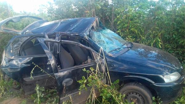 Veículo ficou destruído após o acidente (Foto: Divulgação/PRFBA)
