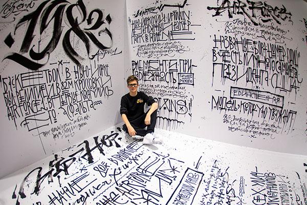 Imagem de um canto de sala onde aparece vários trabalhos tipográfico.