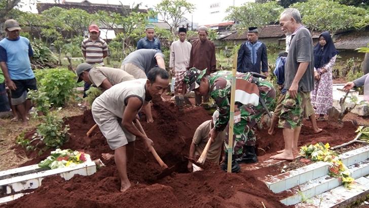 Anggota Koramil 08/Keling Hadiri Pemakaman Mbah Kasmijah