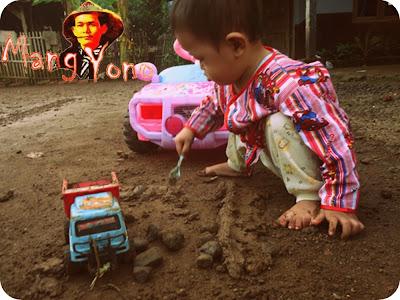 Vidio Anak dari Subang senang mainan tanah. Main tanah?. siapa takut
