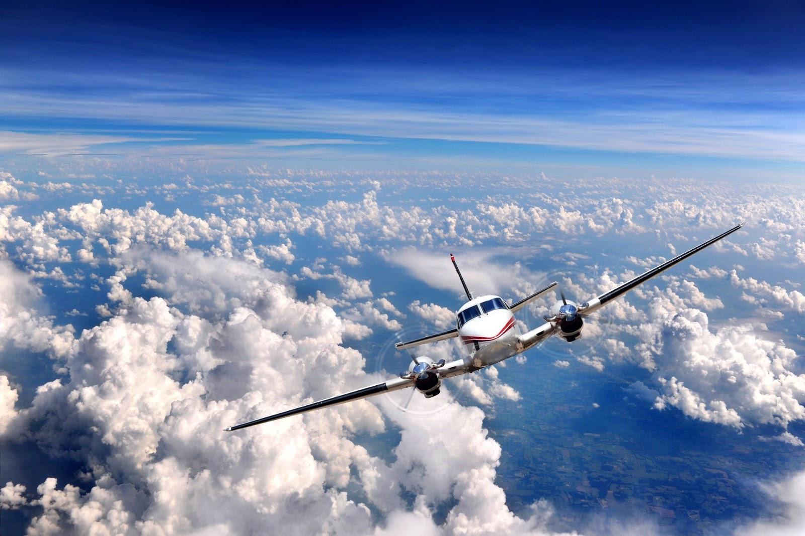 Avião voando sobre as nuvens