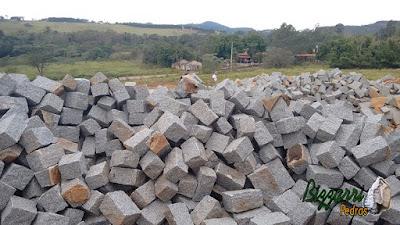 Pedra paralelepípedo para construção de torre de pedra.