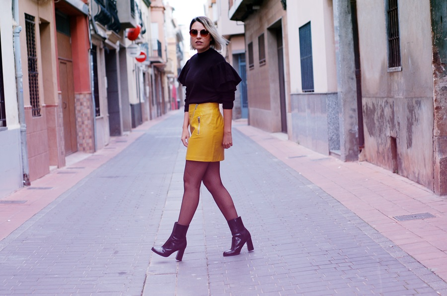 ruffles, volantes, yellow leather skirt, medias de rejilla littledreamsbyr