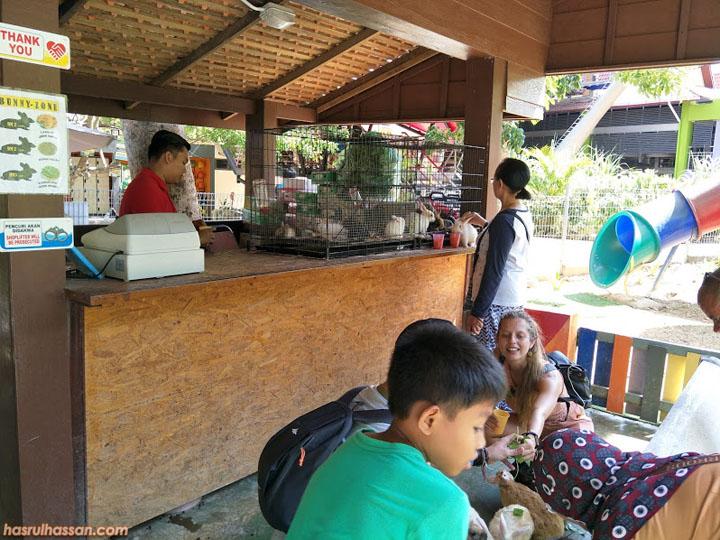 Percutian Pulau Langkawi - Beri makan arnab di Oriental Village