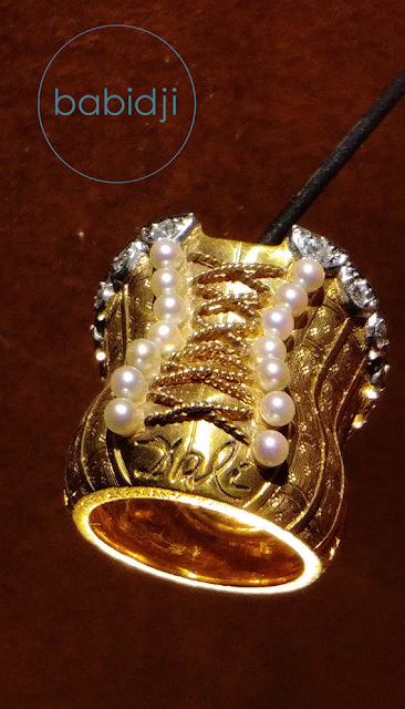 bague en forme de corset créée par Dali