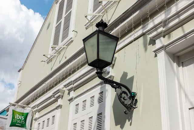 Detalhe de luminária em casa na Rua Mateus Leme