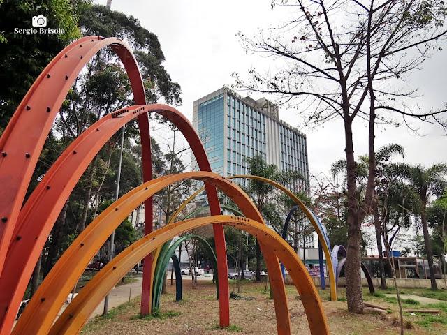 Foto composição com a Praça Marechal Cordeiro de Farias e Escultura Caminhos - Cerqueira César - São Paulo