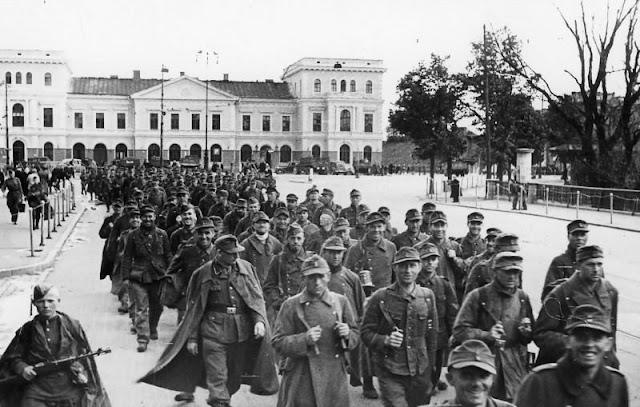Май 1945 года. Интернированные немецкие офицеры и солдаты проходят через Ригу по Привокзальной площади