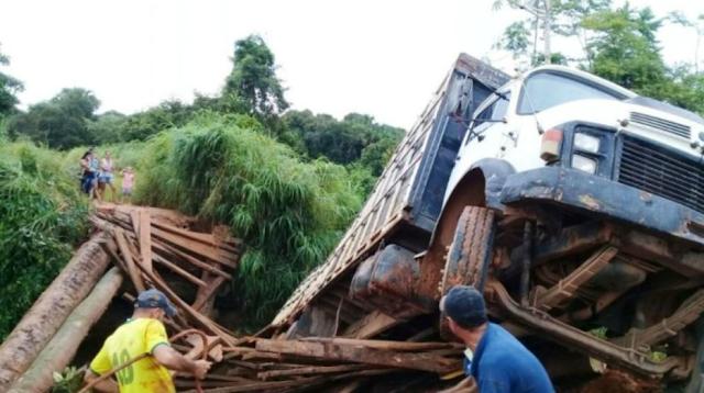 Ponte de madeira quebra e caminhão cai em igarapé na RO 470