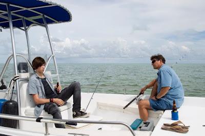 Nolan y John navegando en barco en la segunda temporada de Bloodline