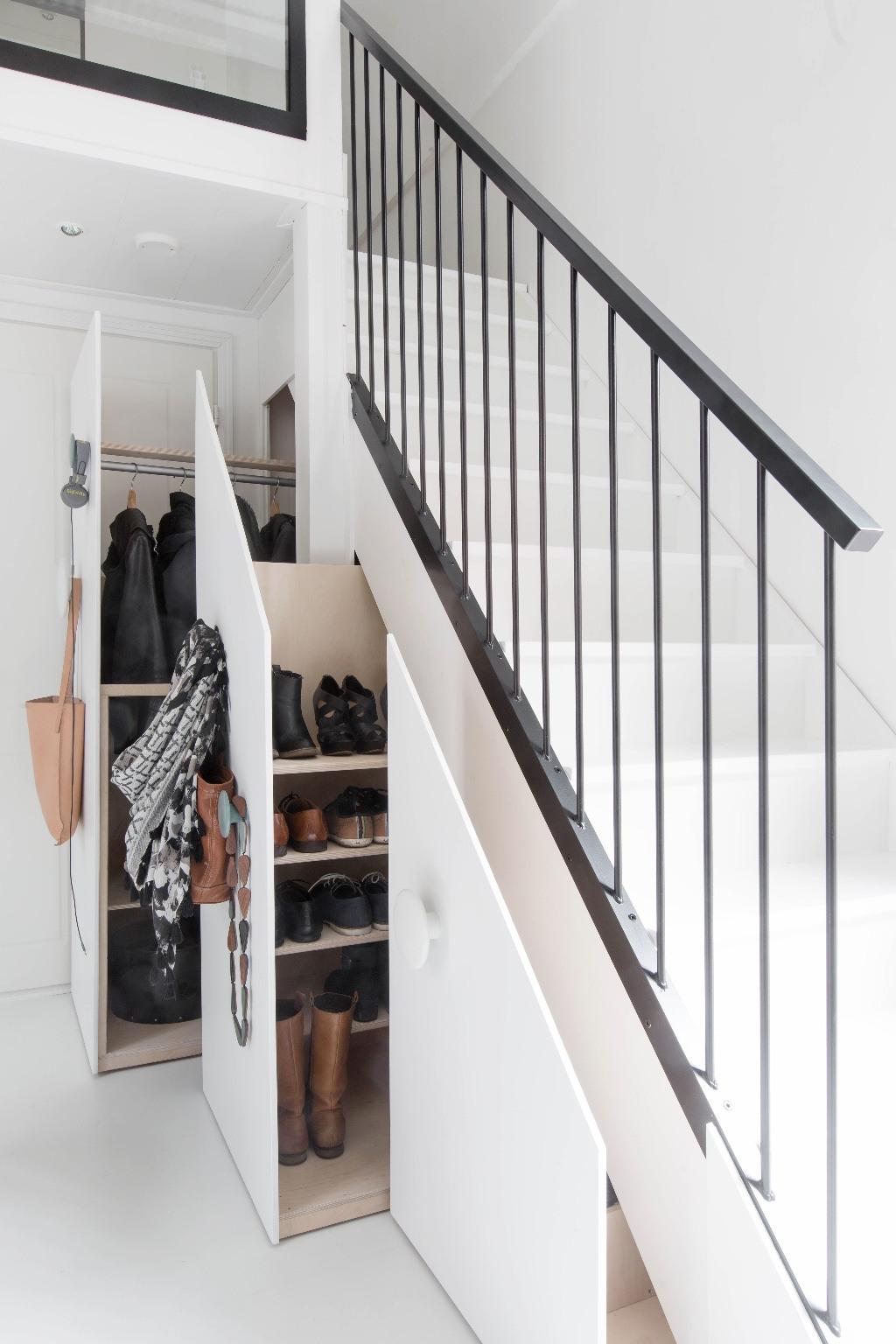 C mo aprovechar el espacio bajo las escaleras decorar en for Aseo bajo escalera