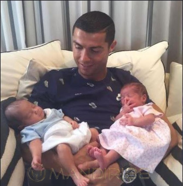 Cristiano Ronaldo Akhirnya Bertemu dengan Bayi Kembarnya