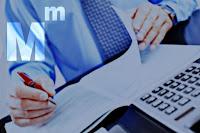 Bir muhasebecinin hesap defterlerini kontrol ederken ki bir resmi ve sol üst köşedeki muhasebeci logosu
