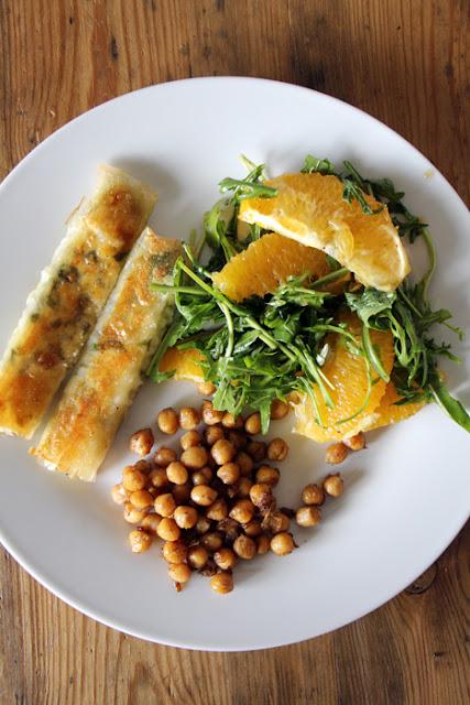 Sigara Börek mit Rucola-Orangen-Salat und gerösteten Kichererbsen