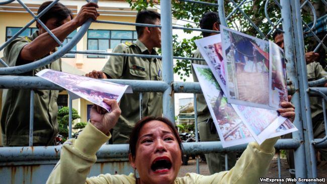 Image result for biểu tình trước cửa HĐND TP.HCM ngày 10.10 để phản đối việc xây Nhà hát