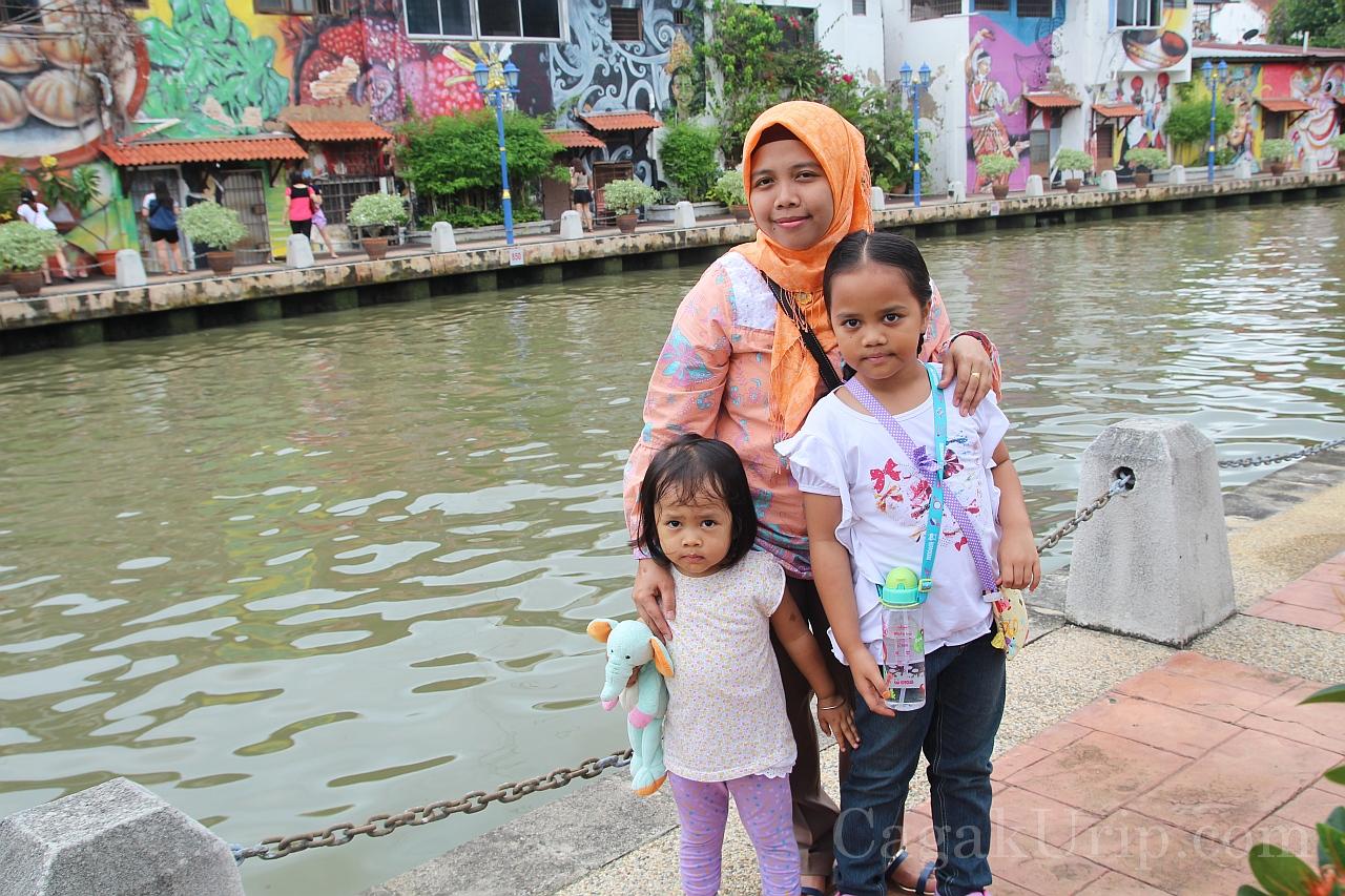 Di tepi Melaka River bersama kurcils