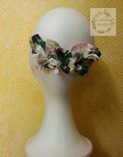 semicorona para invitada perfecta con hojas y flores de papel y terciopelo