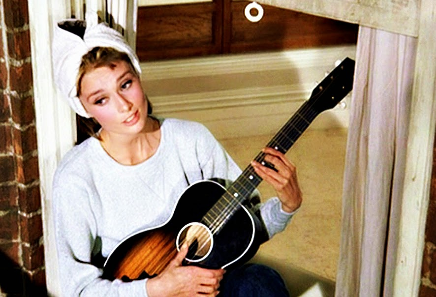 """Audrey Hepburn cantando """"Moon River""""."""