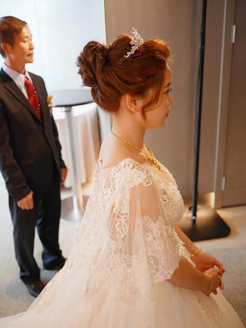 台北新秘 | 新秘推薦 | 台北新娘秘書 | 白紗造型2018 | 敬酒造型2018 | 新娘造型2018 | 鬆軟高盤髮造型 | 皇冠造型