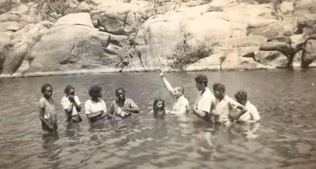 Missionário Horácio Ward batiza jovens nas águas do Rio Pajeú em 1941 - Foto: Reprodução/ Arquivo pessoal