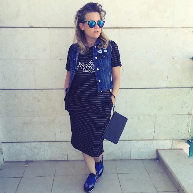מה ללבוש בהיריון - שמלת בייסיק, ווסט ג׳ינס מנגו