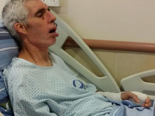 """""""הבחור שהרביץ לו עדיין עובד שם"""". אילן בבית החולים (צילום: באדיבות המשפחה)"""