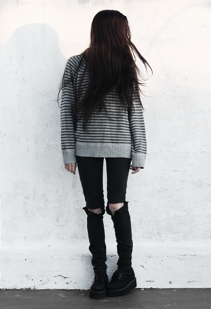 outfit-ootd-striped-sweater-ripped-jeans-grunge-casual-black-hair-fashion-blogger-argentina