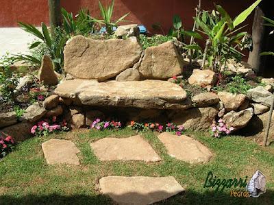 Banco de pedra com pedra moledo com as pisadeiras de pedra e junta de grama.