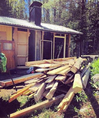 sauna puoleksi purettu puukasa odottaa loppusijoituspaikkaa
