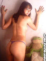 chica española muestra sus bellos senos