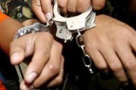 Resultado de imagen para Detenidos esposados en destacamento policial dominicano