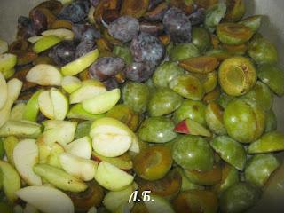 чистим яблоки и сливы для варенья