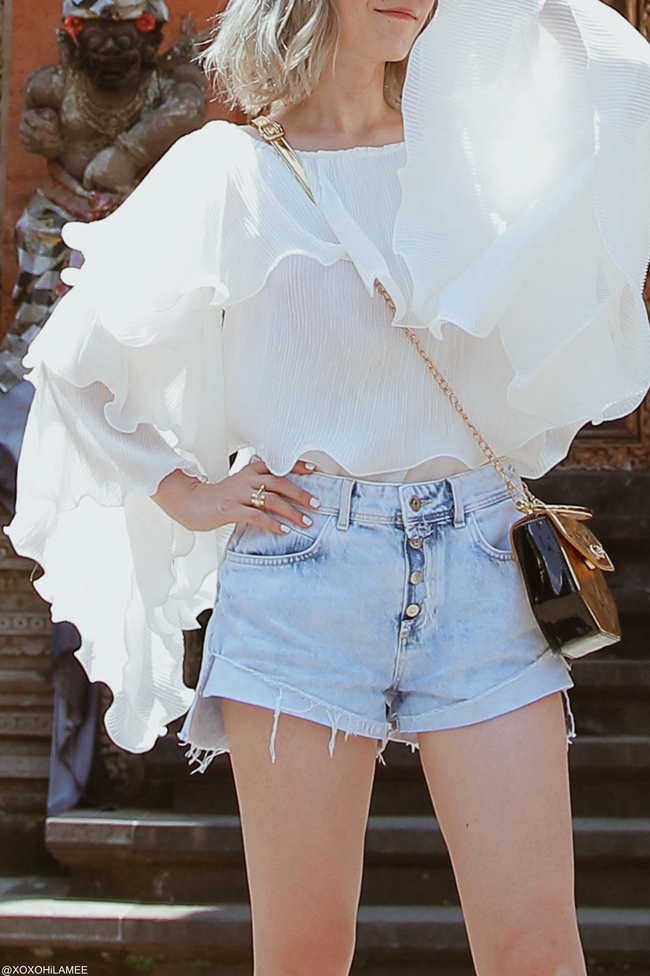 Japanese Fashion Blogger,MizuhoK,20180929OOTD, Chicwish=frill one shoulder blouse, ZARA= denim shorts,White sneakers, SheIn=gold shoulder bag,