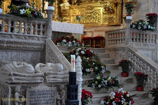 Escalera plateresca que lleva al altar