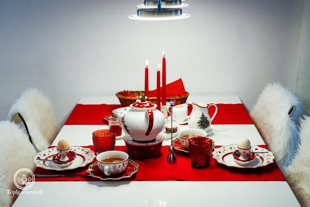 weihnachtlicher Frühstückstisch mit rot weissem Geschirr mit weihnachtlichem Streudekor - Blog Topfgartenwelt