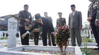 Wakil Walikota Sukabumi Andri Hamami saat menabur bunga di Taman Makam Pahlawan Surya Kencana Kota Sukabumi (Foto: Istimewa)