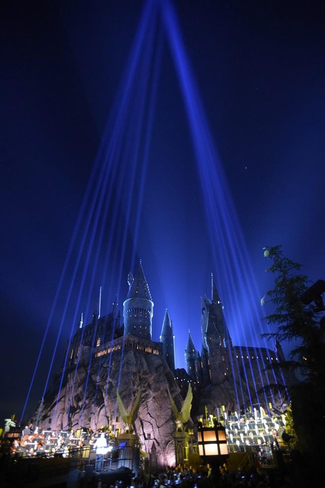 Imagem do cenário de inauguração do parque, com a Orquestra Filarmônica de Loas Angeles à frente do castelo de Hogwarts.