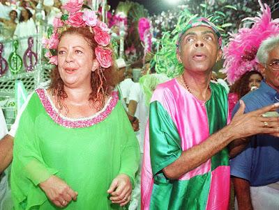 Beth Carvalho e Gilberto Gil durante desfile da Mangueira na Marquês de Sapucaí em 1998 — Foto: Rosane Marinho/Folhapress/Arquivo