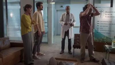 Doutor Mauri (Jorje Lucas) conta que Nana (Fabiula Nascimento) perdeu o bebê, e Mario (Lucio Mauro Filho) se desespera — Foto: Globo